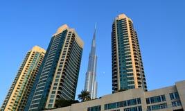 De tijd van Burjkhalifa day met Moderne rond gebouwen Royalty-vrije Stock Foto's