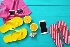 De tijd van de de zomerpret, strandtoebehoren en mobiele telefoon Blauwe houten achtergrond Hoogste mening en exemplaarruimte Royalty-vrije Stock Foto's