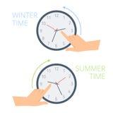De tijd van de handverandering op de klok aan wintertijd, zomer Royalty-vrije Stock Afbeelding