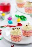 De Tijd van de partij met smakelijke room cupcakes en suikergoed. Royalty-vrije Stock Afbeelding