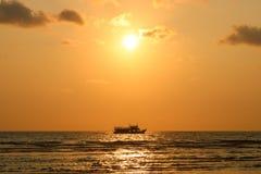De tijd van de zonsondergang Rondvaart bij zonsondergang Zeegezicht van zonsondergang in Koh Chan Royalty-vrije Stock Foto