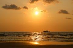 De tijd van de zonsondergang Rondvaart bij zonsondergang Zeegezicht van zonsondergang in Koh Chan Stock Foto's