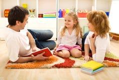 De tijd van het verhaal - gelukkige familie met een kind Stock Fotografie