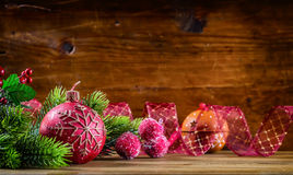 De tijd van Kerstmis Kerstmiskaars en decoratie Het ontwerp van de Kerstmisgrens op de houten achtergrond Royalty-vrije Stock Afbeeldingen