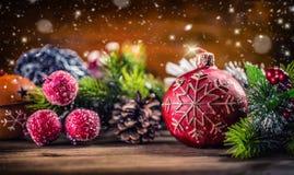 De tijd van Kerstmis Kerstmiskaars en decoratie Het ontwerp van de Kerstmisgrens op de houten achtergrond Stock Afbeelding