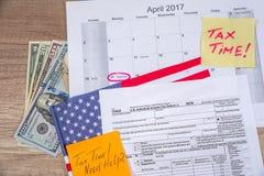 De tijd van de tekstbelasting op belastingsvorm met vlaai, geld Stock Foto