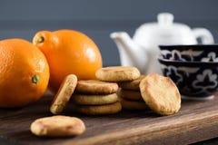 De Tijd van de thee Eigengemaakte koekjes, organische citroenen, theepot en Aziatische boog Stock Afbeelding