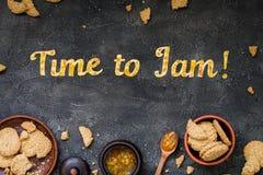 De Tijd van de voedseltypografie om op donkere achtergrond te blokkeren Het oranje jam van letters voorzien Royalty-vrije Stock Afbeelding