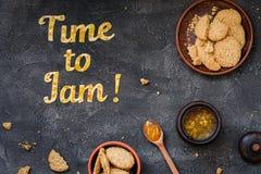 De Tijd van de voedseltypografie om op donkere achtergrond te blokkeren Het oranje jam van letters voorzien Stock Afbeeldingen