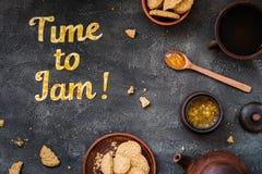 De Tijd van de voedseltypografie om op donkere achtergrond te blokkeren Het oranje jam van letters voorzien Stock Foto