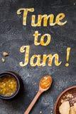 De Tijd van de voedseltypografie om op donkere achtergrond te blokkeren Het oranje jam van letters voorzien Stock Afbeelding