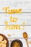 De Tijd van de voedseltypografie om op witte houten rustieke achtergrond te blokkeren Royalty-vrije Stock Afbeelding