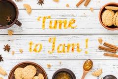 De Tijd van de voedseltypografie om op witte houten rustieke achtergrond te blokkeren Stock Foto's