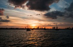 De tijd van de zonsondergang Kijkend de Horizon van Miami van het Strand van Miami Stock Foto's
