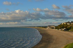 De tijd wordt tegengehouden op het strand van granville, terwijl een zonsondergang royalty-vrije stock afbeeldingen