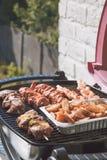 De tijd? worst van de barbecue bij plaat en de grill Stock Foto's