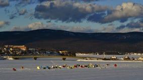 De tijdelijke ijs opstelling van het visserijdorp bij de mond van een rivier in een schilderachtige oostelijke Canadese stad Stock Afbeeldingen