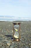 De Tijdopnemer van het zand op het Strand van de Kiezelsteen Stock Foto's
