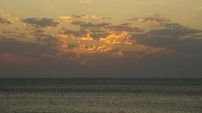 De tijdoverlappingen surfen Russische Baai bij de zomeravond van Kazantip de Krim stock video