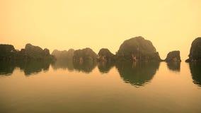 De Tijdspanne van de Colorizedtijd van Boten POV op een Regenachtige Mistige Dag in Ha snakt Baai Vietnam stock videobeelden