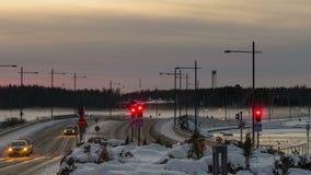 De tijdspanne van de de wintertijd van verkeer over mistige brug stock video