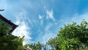 De tijdspanne van de hemeltijd met mooie wolken tijdens zonnige dag op een tropisch eiland Bali, Indonesië azië stock videobeelden