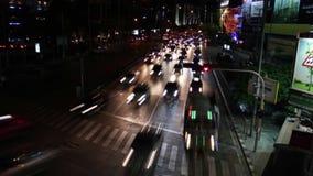 DE TIJDSPANNE VAN DE VERKEERStijd: Bangkok - Kruising POV bij nacht stock video