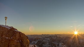 De tijdspanne van de zonsopgangtijd op MT Zugspitze stock videobeelden
