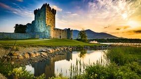 De tijdspanne van de landschapstijd van een zonsondergang met een meer en een oud kasteel met oranje wolken in 4K UHD HDR 422 10  stock footage