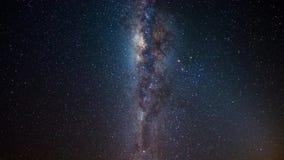 De tijdspanne van de melkwegtijd en de roterende sterrige hemel, centreren dicht omhoog, de details van de melkwegkern, heldere n stock videobeelden