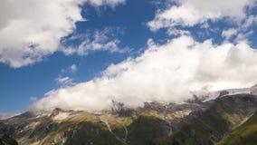De tijdspanne van de wolkentijd over alpien landschap stock videobeelden
