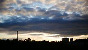 De de Tijdspannehemel van de zonsopgangtijd en het bewegen zich betrekken Elektrische centralepijp met rook Letland 4K stock videobeelden