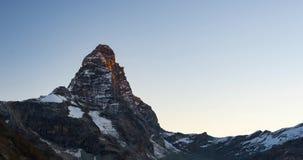 De tijdspannezonsopgang van de Matterhorntijd over Cervino-top 4478 m, Italiaanse kant, Valle D ` Aosta stock videobeelden