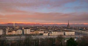 De Tijdtijdspanne de horizon van Italië, Turijn van Turijn met de Mol Antonelliana torenhoog over de gebouwen, zonsopgang met het stock footage