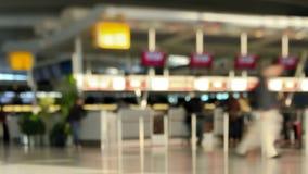 De Tijdtijdspanne Pan Tilt Shift van luchthavenreizigers stock footage