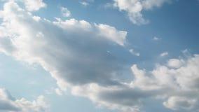 De tijdtijdspanne van de de zomerhemel, zon door wolken wordt versluierd te bewegen die stock footage