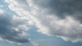 De tijdtijdspanne van de de zomerhemel, zon door wolken wordt versluierd te bewegen die stock videobeelden