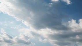 De tijdtijdspanne van de de zomerhemel, zon door wolken wordt versluierd te bewegen die stock video