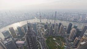 De tijdtijdspanne van de dijk van Shanghai, moderne stad in luchtvervuiling, satellietbeeld van dijkhorizon in schemer, verscheep stock videobeelden