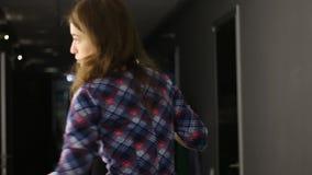 De tijdtijdspanne van kapper maakt kapsel voor jonge vrouw in schoonheidssalon stock footage