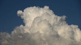 De tijdtijdspanne van langzame motiewolken verandert in hemel van vorm stock videobeelden