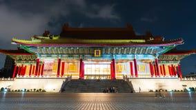 De tijdtijdspanne van Niet geïdentificeerde mensen bezocht Nationale Concertzaal van Chiang Kai-Shek Memorial Hall bij nacht in T stock video