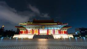 De tijdtijdspanne van Niet geïdentificeerde mensen bezocht Nationale Concertzaal van Chiang Kai-Shek Memorial Hall bij nacht in T stock videobeelden