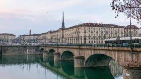 De tijdtijdspanne van Turijn, Italië, de horizon van Turijn met de Mol Antonelliana en brug op de Po Rivier Mensen die autoverkee stock videobeelden