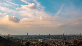 De tijdtijdspanne van Turijn, Italië, de horizon van Turijn met de Mol Antonelliana en hete lucht baloon Tijdtijdspanne bij zonso stock videobeelden