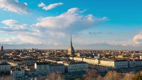 De tijdtijdspanne van Turijn, Italië, de horizon van Turijn met de Mol Antonelliana en hete lucht baloon Tijdtijdspanne bij zonso stock video