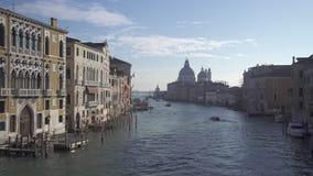 De tijdtijdspanne van Venetië van groot kanaal met bootverkeer en Santa Maria Salute stock video