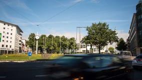 De tijdtijdspanne van Willy Brandt Platz en van Stadthalle Bielefeld stock video