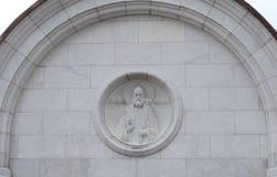` De Tikhon de patriarche de ` de bas-relief sur le mur à l'entrée à l'église de la transfiguration du seigneur dans le complexe  Photo stock