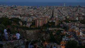 De Time Lapsemensen genieten van het luchtpanorama van Barcelona van Bunker Del Carmel stock video